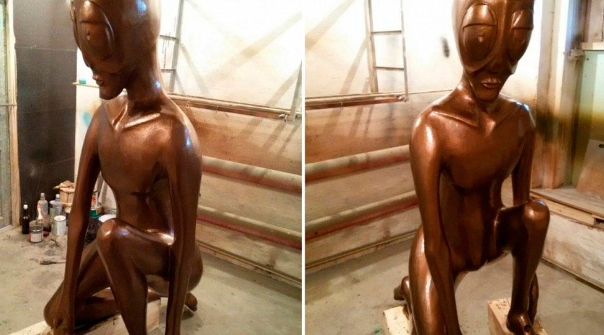 УРА! Мастер Виктор Сазанов отреставрировал скульптуру инопланетянина в Молёбке, которого уже давно нежно называют Алешенькой. Автор установит его весной на старое место - постамент на въезде в село - после того, как полностью сойдет снег.