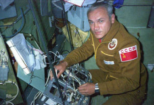Владимир Джанибеков - летчик-космонавт СССР. Совершил пять полетов в Космос. Все пять в качестве командира корабля